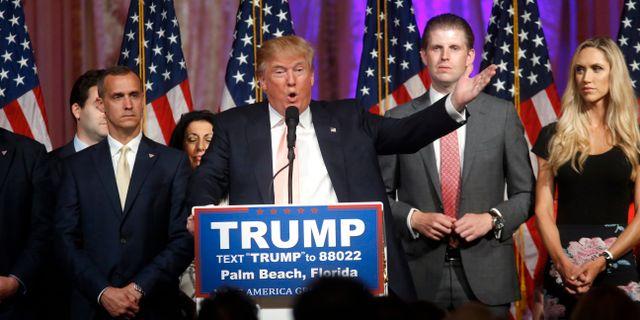 Corey Lewandowski till vänster i samband med Trumps kampanj. Gerald Herbert / TT NYHETSBYRÅN