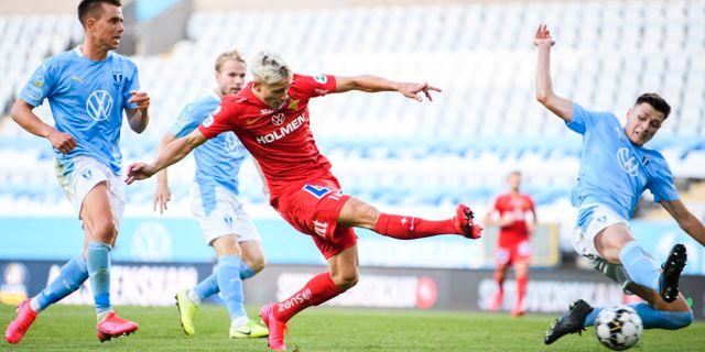 IFK Norrköpings Pontus Almqvist gör 1–1 framför Malmö FF:s Jonas Knudsen och Anel Ahmedhodzic. PETTER ARVIDSON / BILDBYRÅN
