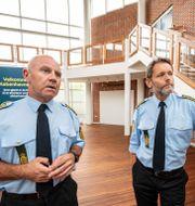 Torben Svarrer, centrets övergripande chef vid Köpenhamnspolisen, och Henrik Andersen, chef för det nya centret. Johan Nilsson/TT / TT NYHETSBYRÅN