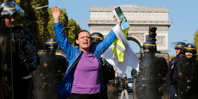 En demonstrant deltar i dagens protester. PASCAL ROSSIGNOL / TT NYHETSBYRÅN