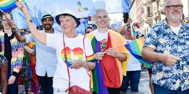 arbro Westerholm (med prideflagga). Arkivbild. Stina Stjernkvist/TT / TT NYHETSBYRÅN