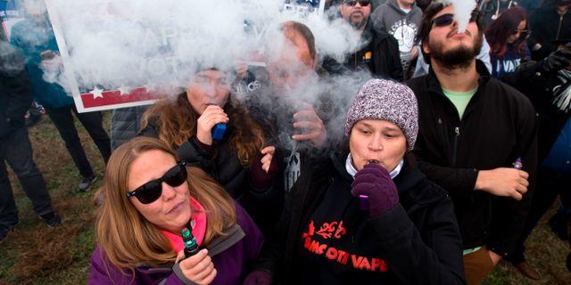 Människor protesterar mot vapingförbud. JOSE LUIS MAGANA / AFP