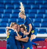 Fridolina Rolfö med lagkamraterna JON OLAV NESVOLD / BILDBYRÅN