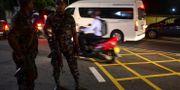Människor kontrolleras efter att utegångsförbudet införts i Sri Lanka. LAKRUWAN WANNIARACHCHI / AFP