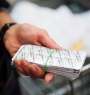 Tullinspektörer kontrollerar postförsändelser vid Arlanda flygplats. Izabelle Nordfjell/TT / TT NYHETSBYRÅN