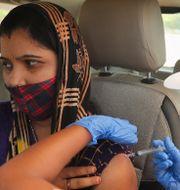 En kvinna vaccineras i Ahmedabad.  Ajit Solanki / TT NYHETSBYRÅN