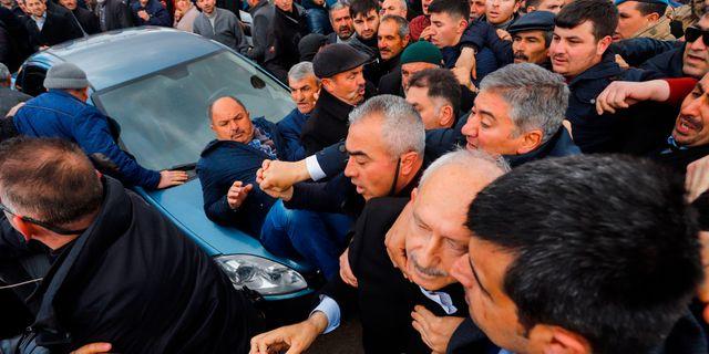Kilicdaroglu, andra från höger, får hjälp att lämna platsen av säkerhetsvakter. HARUN OZALP / Demiroren News Agency (DHA)