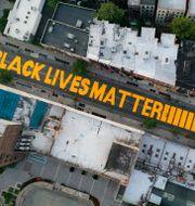 Black lives matter skrivit på en gata i New York. Arkivbild.  John Minchillo / TT NYHETSBYRÅN