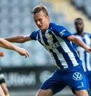Jesper Tolinsson i duell med Mjällbys Mjällbys Viktor Agardius. Björn Larsson Rosvall/TT / TT NYHETSBYRÅN