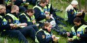 Arkivbild på poliser som tar en lunchpaus i grönskan under en övning. Markus Dahlberg / TT / TT NYHETSBYRÅN