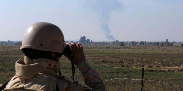 Irakisk soldat spanar efter den USA-ledda koalitionens flyganfall mot IS. Arkivbild. Hadi Mizban / TT NYHETSBYRÅN/ NTB Scanpix