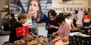Kinesiska kvinnor tittar på reavaror i butik i Peking. Illustrationsbild. Mark Schiefelbein / TT NYHETSBYRÅN