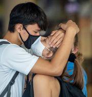 Ett ungt par på Frankfurts flygplats. Michael Probst / TT NYHETSBYRÅN