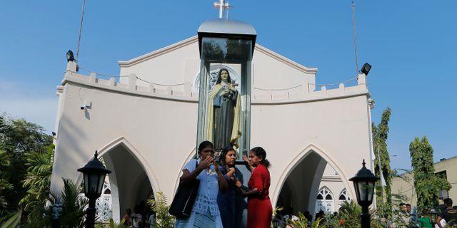Tre kvinnor lämnar en gudstjänst i Sri Lankas huvudstad Colombo tidigare idag. Eranga Jayawardena / TT NYHETSBYRÅN/ NTB Scanpix