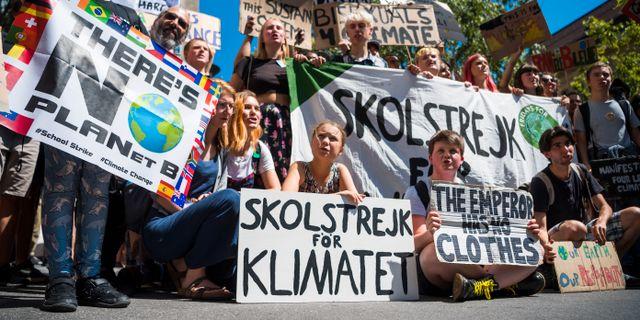 Greta Thunberg och klimatstrejkande ungdomar i Schweiz. JEAN-CHRISTOPHE BOTT / TT NYHETSBYRÅN/ NTB Scanpix