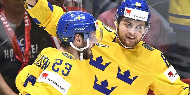 Sveriges William Nylander gratuleras av Oliver Ekman-Larsson. Claudio Bresciani/TT / TT NYHETSBYRÅN