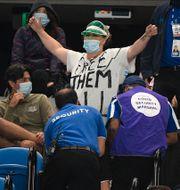 En av demonstranterna i publiken.  Andy Brownbill / TT NYHETSBYRÅN