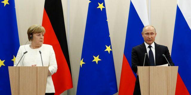 Angela Merkel och Vladimir Putin. SERGEI KARPUKHIN / TT NYHETSBYRÅN