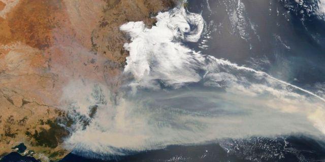 Satellitbild från Nasa som visar tät rök över Australien den 2 januari. Nasa/TT