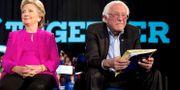 Clinton och Sanders i november förra året. Arkivbild. Andrew Harnik / TT / NTB Scanpix