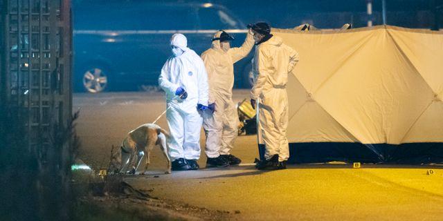 Polisens kriminaltekniker arbetar på Almviksvägen i Hyllie i Malmö natten till fredagen. Enligt polisen misstänker man att ett grovt brott begåtts. Johan Nilsson/TT / TT NYHETSBYRÅN