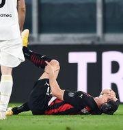 Ibrahimovic tar sig för knät.  BILDBYRÅN / BILDBYRÅN