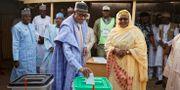 President Muhammadu Buhari röstar tillsammans med sin fru Aisha.  Ben Curtis / TT NYHETSBYRÅN