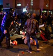 Demonstranter och polis drabbade samman utanför arenan. ENRIQUE CALVO / BILDBYRÅN