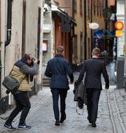 Gustav Kasselstrand och William Hahne lämnar SD:s partistyrelses möte i Stockholm 2015. Båda två uteslöts senare ur SDU. Anders Wiklund / TT / TT NYHETSBYRÅN