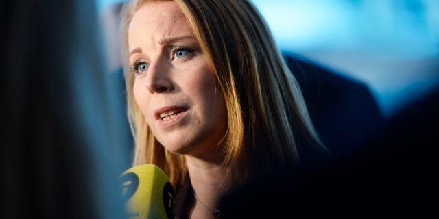 Centerpartiets partiledare Annie Lööf (C) intervjas av journalister innan statsministeromröstning i riksdagen. Stina Stjernkvist/TT / TT NYHETSBYRÅN
