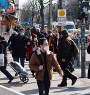 Människor på gatorna i Neuköln i Berlin.  Markus Schreiber / TT NYHETSBYRÅN