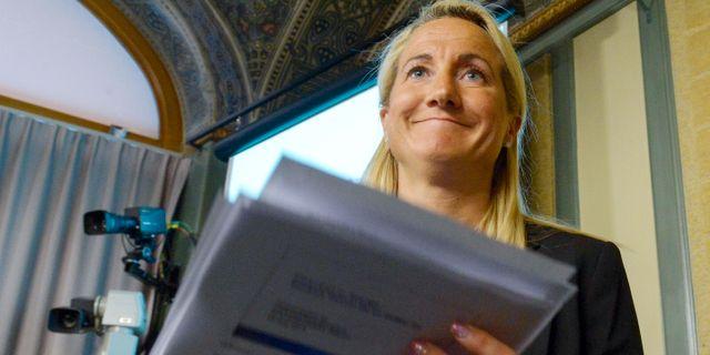 Försvarsberedningens ordförande Cecilia Widegren (M) presenterar beredningens rapport. BERTIL ERICSON / TT / TT NYHETSBYRÅN