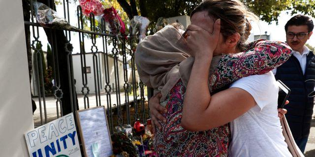 Människor utanför al Noor-moskén Christchurc.  EDGAR SU / TT NYHETSBYRÅN