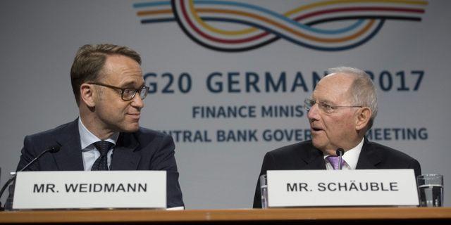 Bundesbanks chef Jens Weidmann och Tysklands finansminister Wolfgang Schäuble höll presskonferens under IMF:s och Världsbankens toppmöte i Washington på fredagen. SAUL LOEB / AFP
