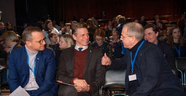 Inrikesminister Mikael Damberg (S) och finansmarknadsminister Per Bolund (MP) talar med Volvos koncernchef Martin Lundstedt på Folk och Försvars rikskonferens.  Henrik Montgomery/TT / TT NYHETSBYRÅN