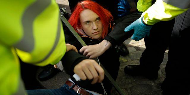 Polis i London flyttar på en Extinction Rebellion-aktivist.  Matt Dunham / TT NYHETSBYRÅN