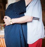Ett äldre par kramas. Therese Jahnson / SvD / TT / TT NYHETSBYRÅN