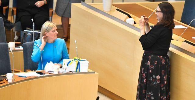 Utbildningsminister Anna Ekström (S) fotograferar finansminister Magdalena Andersson (S) och hennes tjocka budget. Claudio Bresciani/TT / TT NYHETSBYRÅN