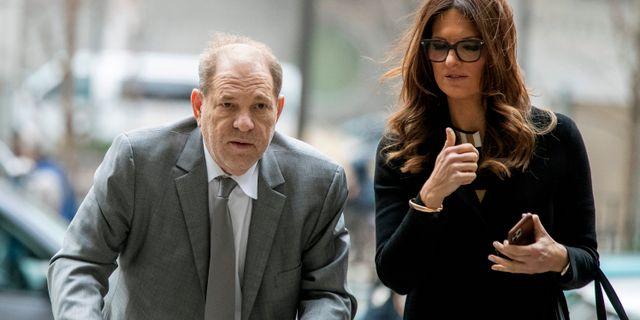 Harvey Weinstein med advokaten Donna Rotunno på väg till rätten, arkivbild. Mary Altaffer / TT NYHETSBYRÅN