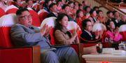Kim Kyong-hui inringad. Närmast kameran sitter Kim Jong-Un med frun Ri Sol Ju. 朝鮮通信社 / TT NYHETSBYRÅN