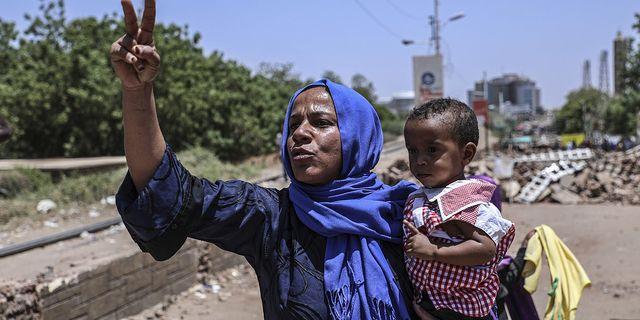 En kvinna protesterar i Khartoum i Sudan.  TT