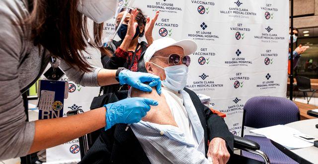 En man i USA får Pfizers vaccin Noah Berger / TT NYHETSBYRÅN