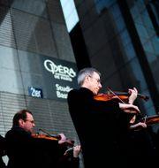 Musiker utanför Opera Bastille i Paris. Arkivbild.  Kamil Zihnioglu / TT NYHETSBYRÅN