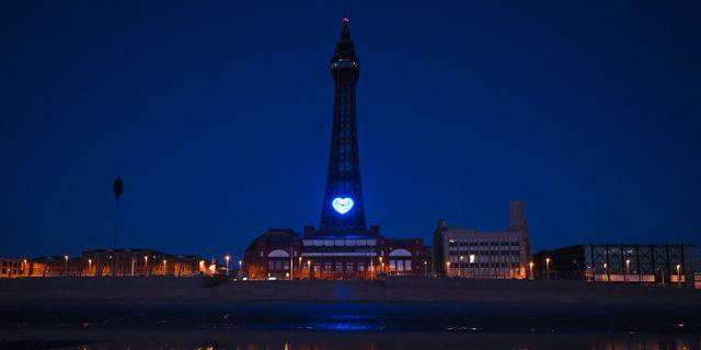 Blackpool, i nordvästra England. Hjärtat är en gest till hälsopersonalen som kämpar mot virusutbrottet.  OLI SCARFF / TT NYHETSBYRÅN