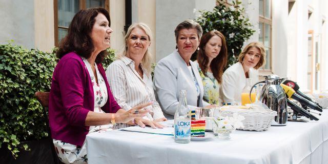 Ann Linde (S) längst till vänster i samband med en pressträff idag. På bilden syns också Lena Hallengren, Ylva Johansson, Åsa Lindhagen och Annika Strandhäll. Erik Simander/TT / TT NYHETSBYRÅN
