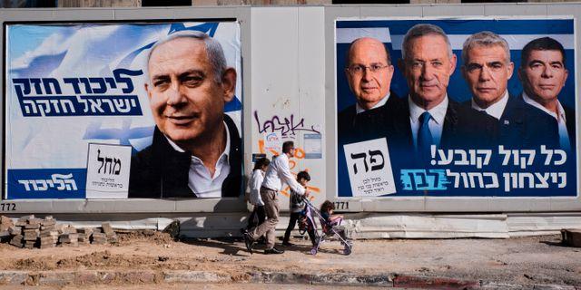 Valaffischer som bland annat pryds av Benjamin Netanyahu och Benny Gantz. Arkivbild. Oded Balilty / TT NYHETSBYRÅN