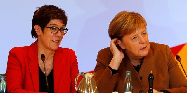 Angela Merkel tillsammans med partisekreteraren Annegret Kramp-Karrenbauer, som kandiderar till posten som partiledare.  Fabrizio Bensch / TT NYHETSBYRÅN