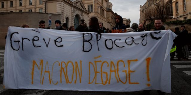 """""""Strejk – ur vägen, Macron borde också försvinna.""""  (Fritt översatt) Christophe Ena / TT NYHETSBYRÅN"""