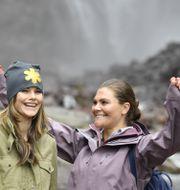 Arkivbild: Kronprinsessan Victoria och prinsessan Sofia vid vattenfallet Njupeskär i Fulufjällets nationalpark förra sommaren. Jessica Gow/TT / TT NYHETSBYRÅN