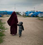 En kvinna och ett barn i al-Roj-lägret. Arkivbild.  Maya Alleruzzo / TT NYHETSBYRÅN